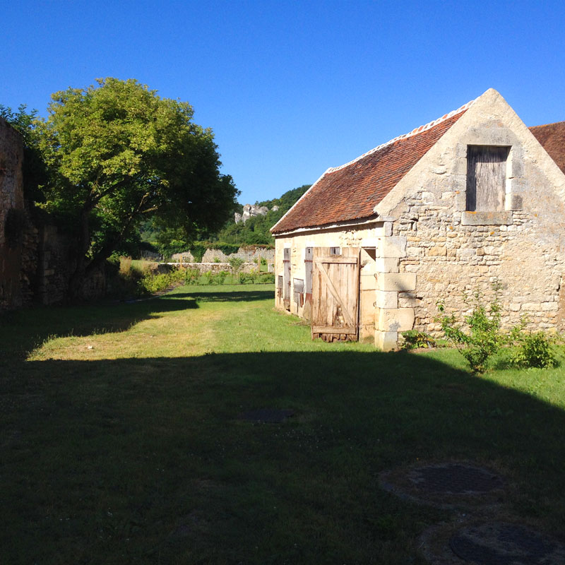 Au loin, les Roches de Surgy, depuis le jardin de la Chartreuse de Basseville, Pousseaux. Août 2016.