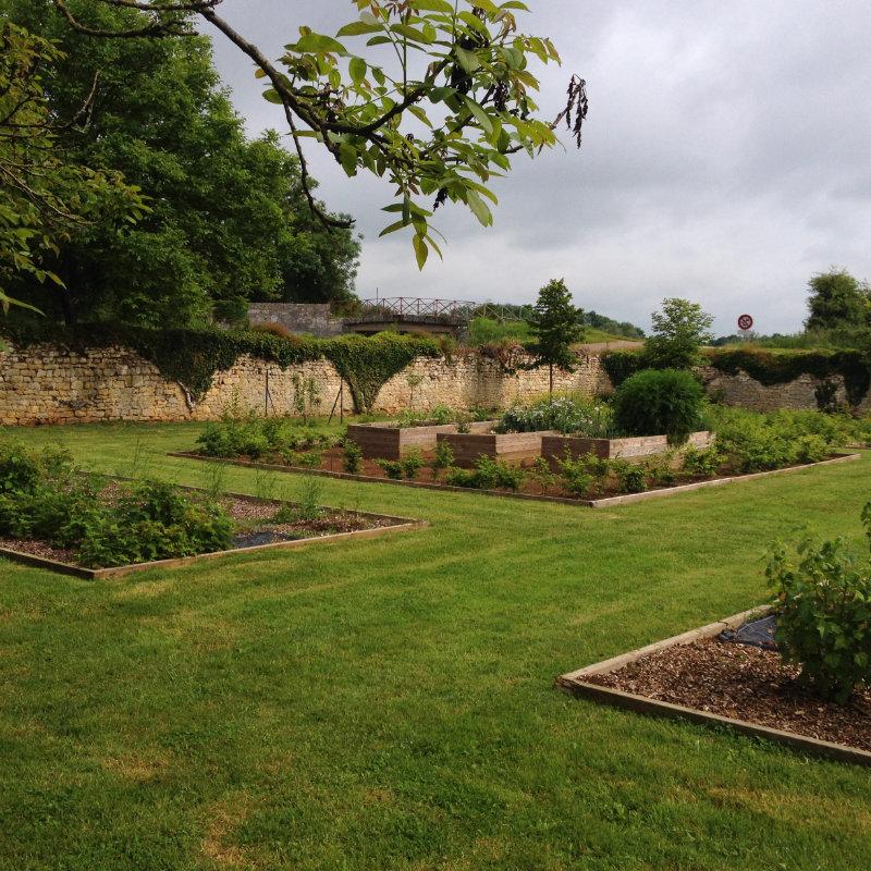 Caisses surélévées du potager de la Chartreuse de Basseville, Nièvre. Avril.
