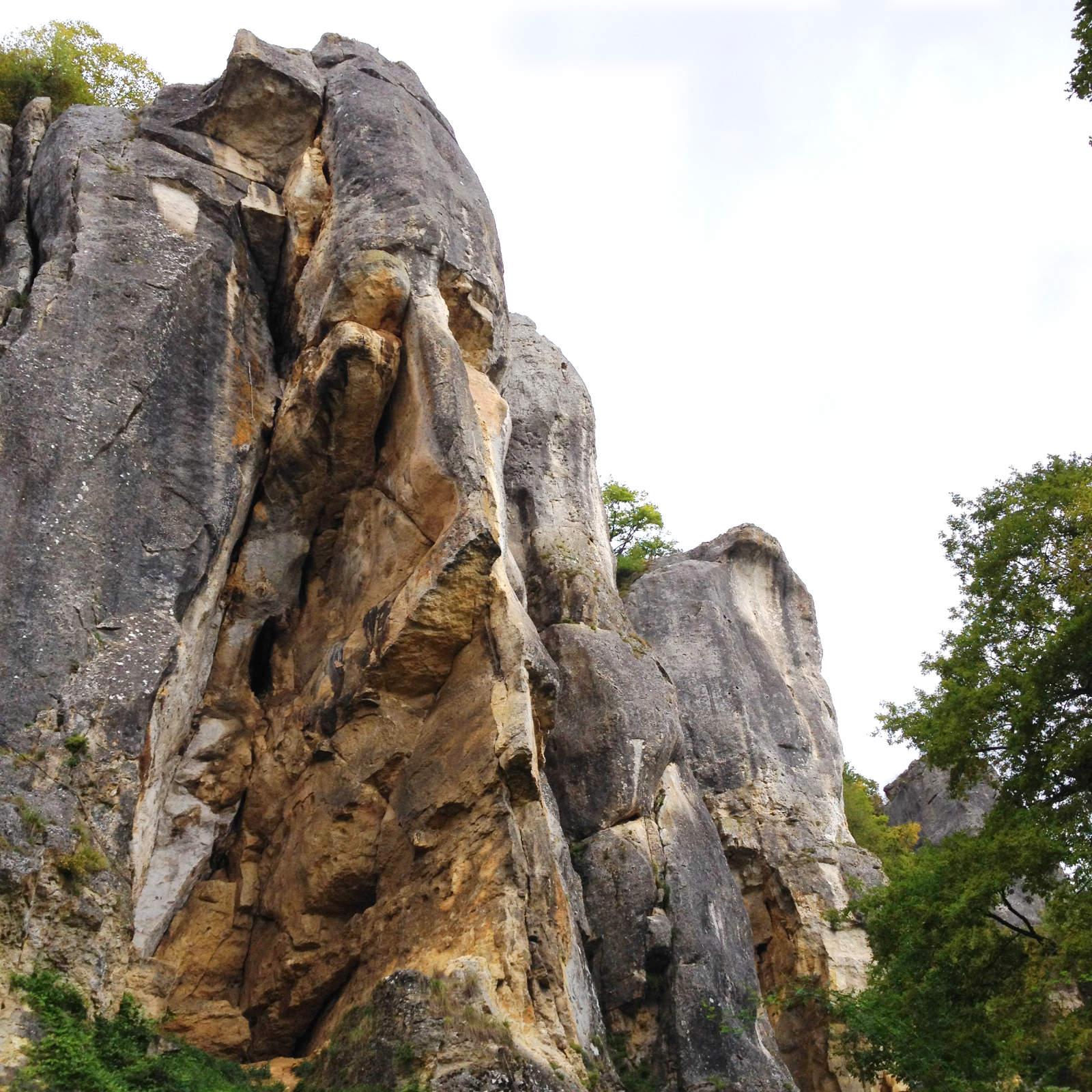 Les Roches de Basseville depuis le sentier de découverte. Chartreuse Notre-Dame du Val Saint-Jean. automne 2017.