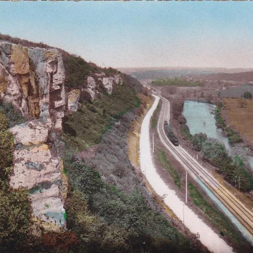 Carte postale ancienne avec vue sur le chemin de fer et l'Yonne, depuis les Roches de Surgy. Chartreuse Notre-Dame du Val Saint-Jean.