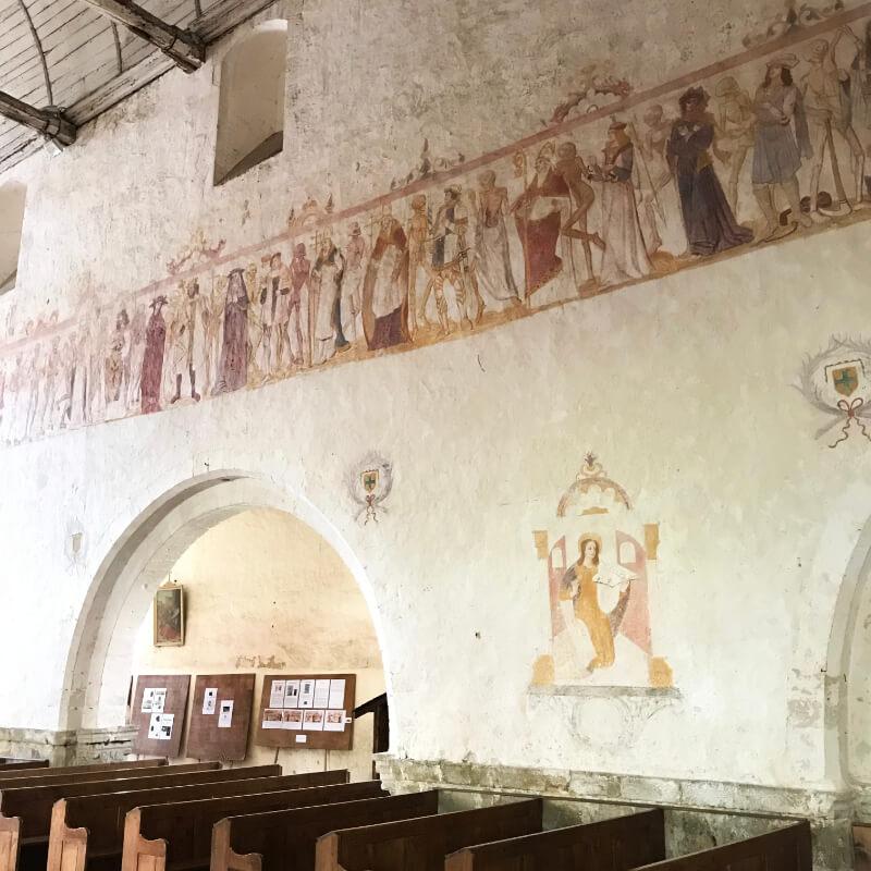 Peinture à sec d'une Danse Macabre sur un mur l'église de la Ferté Loupière.