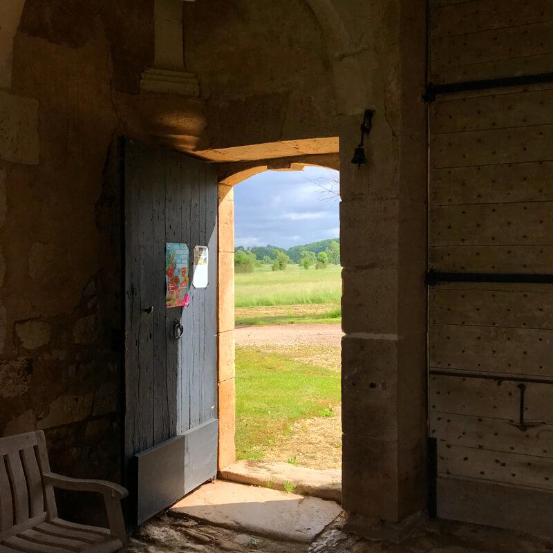 L'entrée de la chartreuse de Basseville au mois de juin pour les Rendez-vous aux jardins.