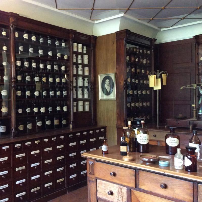 Les bocaux anciens de la pharmacie remontée dans le parc Fredriksdal à Helsingborg en Suède. Chartreuse de Basseville.