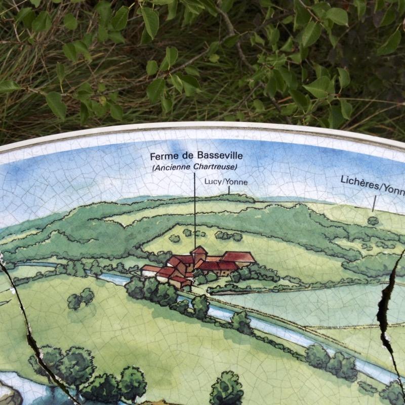 Table d'orientation en haut du sentier des Roches de Basseville avec un panorama sur toute la région. Chartreuse Notre-Dame du Val Saint-Jean.
