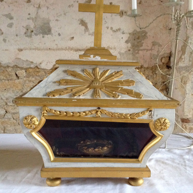 Châsse abritant les reliques de Saint Edme, conservée dans l'église de Pousseaux, à la Chartreuse de Basseville pendant les Journées du Patrimoine 2016.