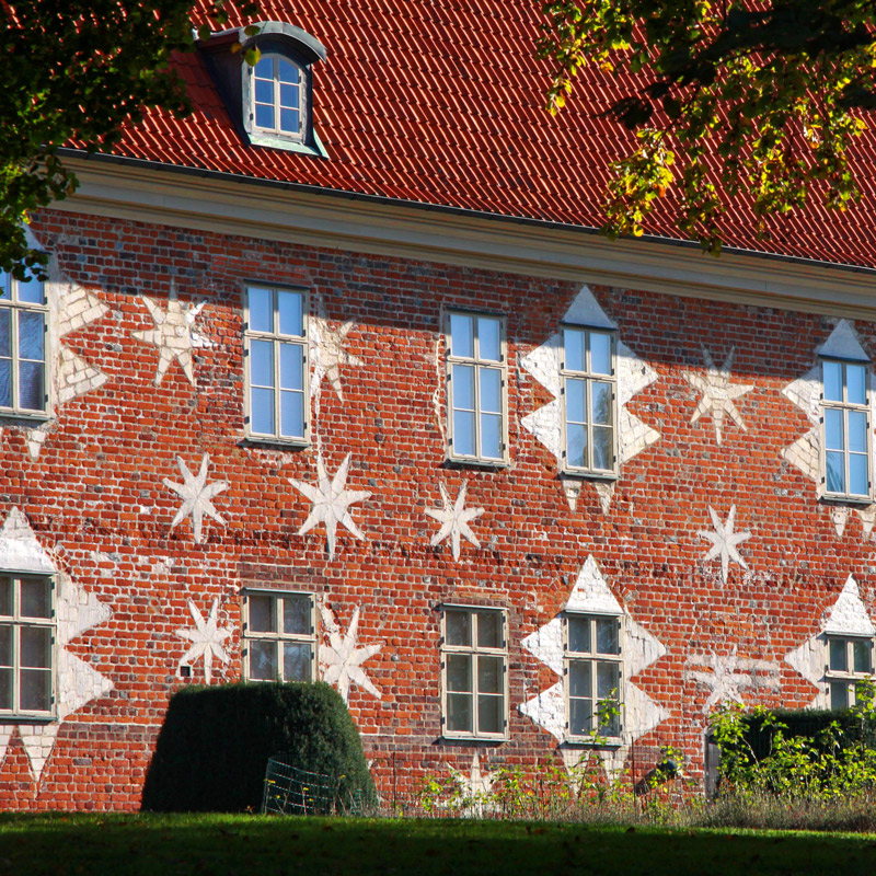 Les étoiles de la façade du château de Gyllenstierna à Krapperup, Suède. Chartreuse de Basseville.