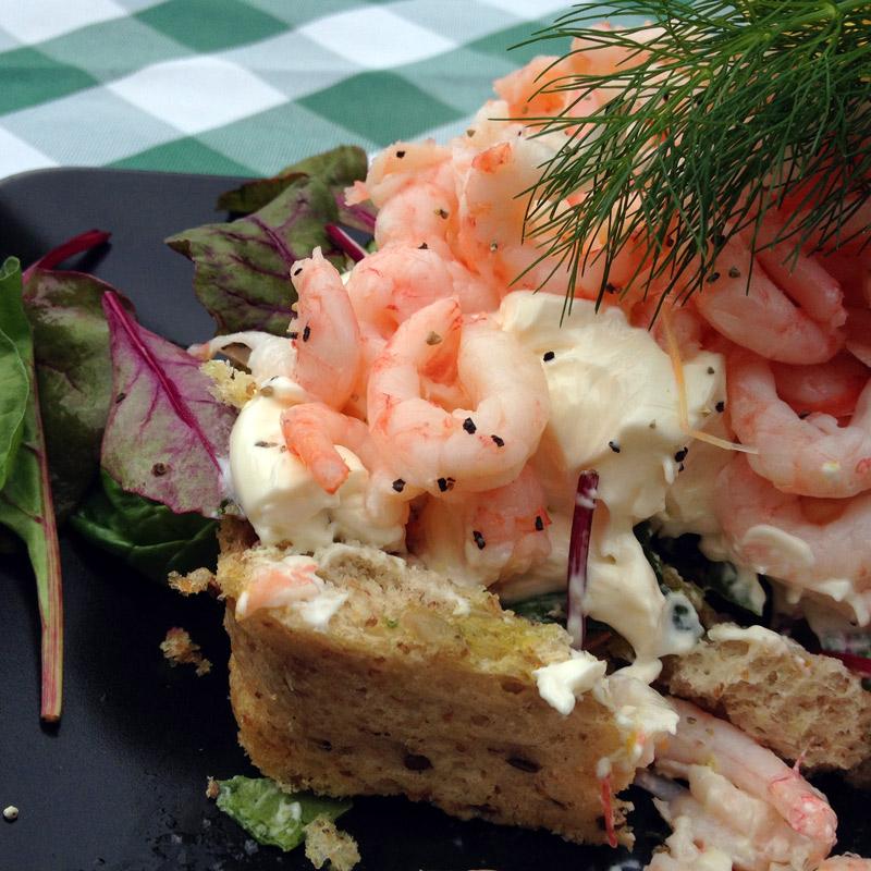 La tartine de crevettes (Räksmörgås) du restaurant du château de Gyllenstierna, à Krapperup, Suède. Chartreuse de Basseville.