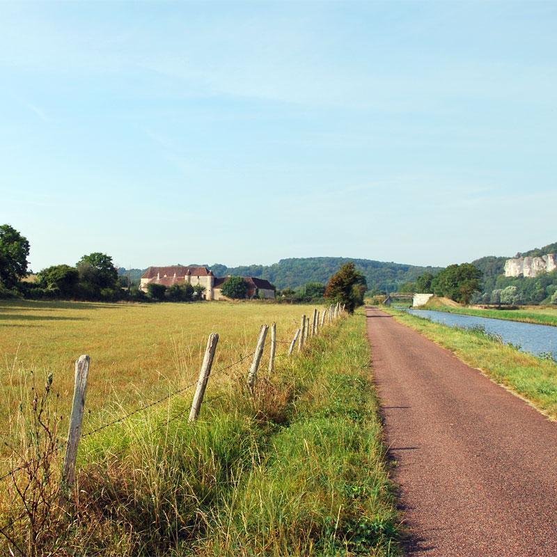 La Chartreuse de Basseville, vue depuis le bord du canal du Nivernais, au loin les Roches de Surgy.