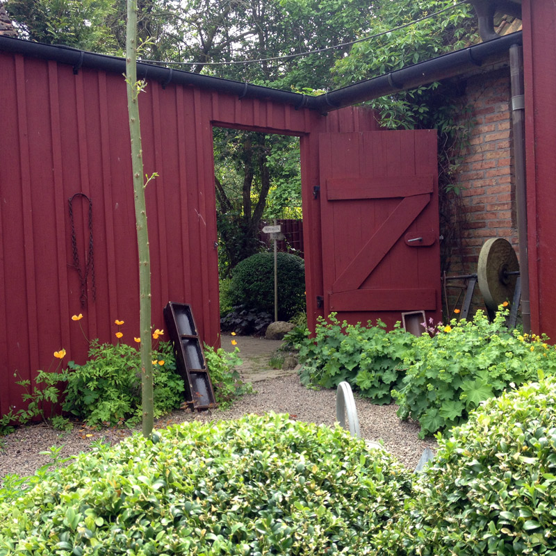L'entrée du jardin de Lottie Hermansson au sud de la ville d'Ängelholm en Suède. Chartreuse de Basseville.