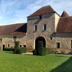 Cour des Obédiences, mars à la Chartreuse de Basseville. Pousseaux près de Surgy. Les roches de Basseville.