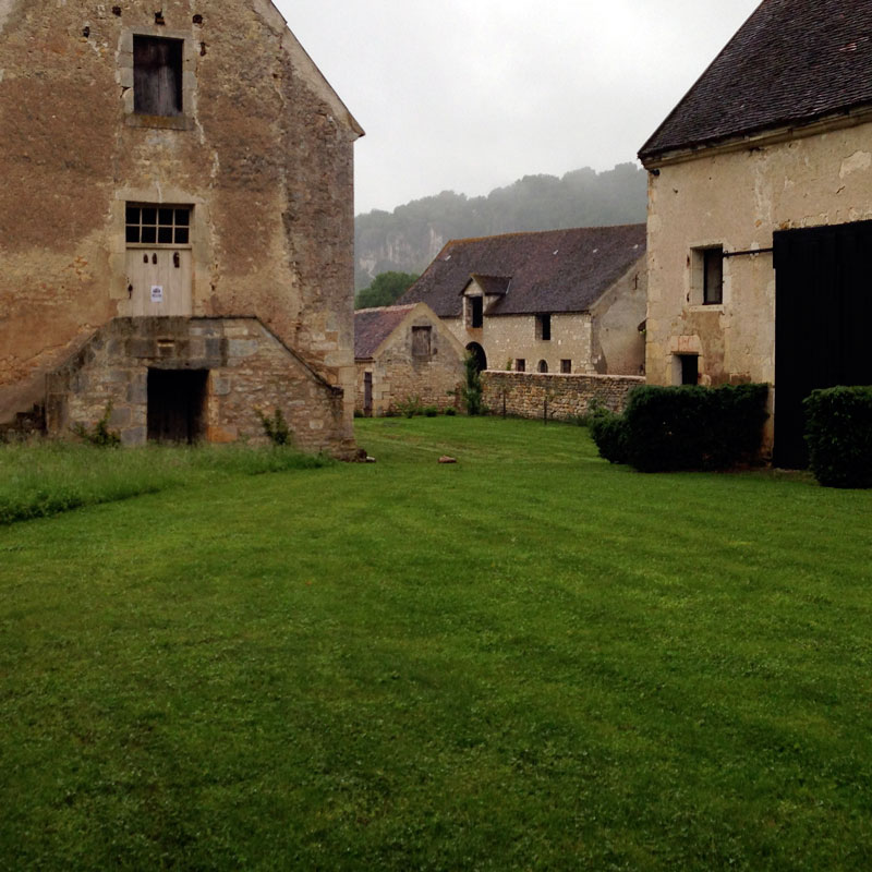 La cour des Obédiences de la chartreuse sous la pluie au mois de juin.