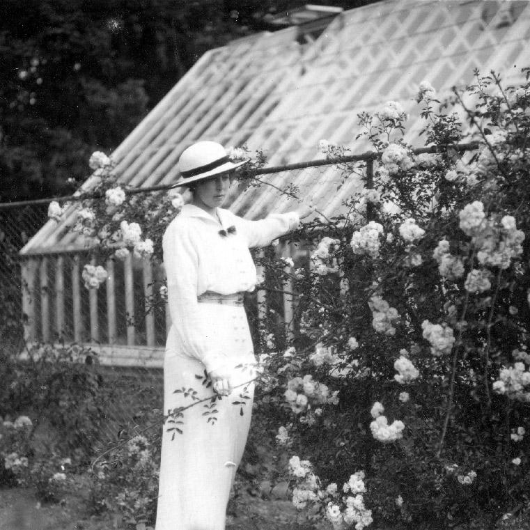 La princesse héritière de Suède, Margaret de Connaught près des serres du parc de Sofiero en Suède. Vers 1915. Chartreuse de Basseville.