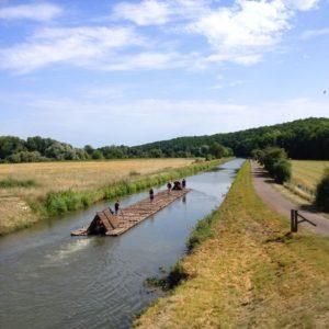 Le train de bois de l'association Flotescale, à la hauteur de la Chartreuse de Basseville, sur le canal du Nivernais, juillet 2017.